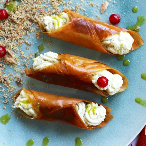 Cannoli salati con ricotta pesto di pistacchio oro Sciara e alici